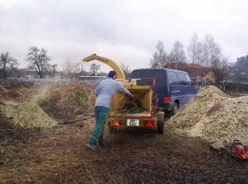 štěpkování větví – ideální likvidace velkého množství větví a následné využití štěpky na mulčování zahrady místo kůry štěpkování, třebíč