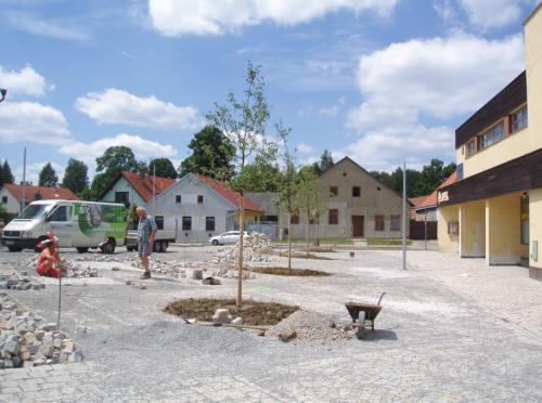Výsadba stromů a zatravnění