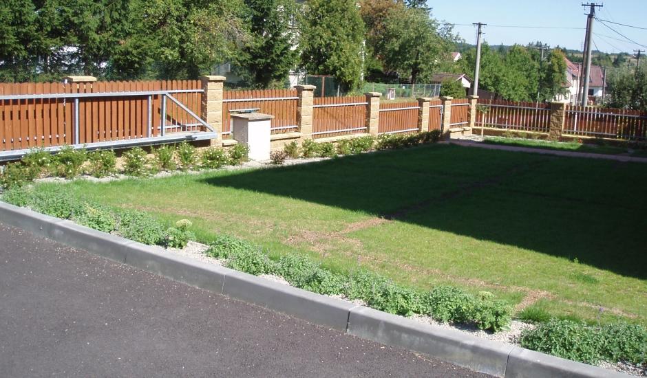 Zákazník si přál návrh zahrady a její realizaci s důrazem na praktičnost a soukromí.