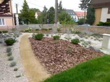 mlatová cestička, výsadba stromů a keřů, použití kamenů, nová zahrada