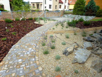 cestička, kameny, kamenné odseky, zahrada, výsadba